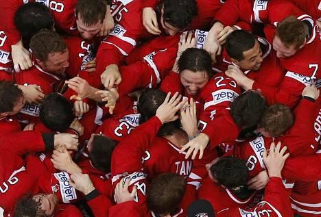 Kanadan pelaajat juhlivat jääkiekon maailmanmestaruutta Moskovassa.