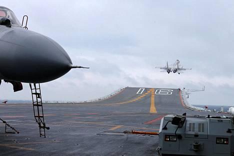 Kiinalaiset J-15-hävittäjät osallistuivat sotaharjoitukseen Etelä-Kiinan merellä vuoden alussa.
