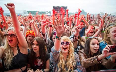 Brittiyhtye Hurts vietteli 80-lukuisella synapopillaan Ruisrockin avajaisillan yleisön.