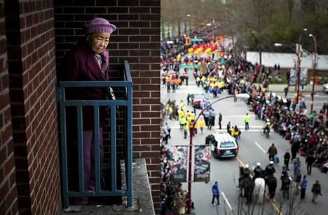 90-vuotias rouva King Wong katseli kiinalaisen uudenvuoden paraatia parvekkeelta Vancouverissa Kanadassa sunnuntaina.
