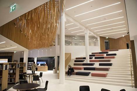 There is a large reading staircase in the main lobby.  The ceiling features a Sinne-Minne artwork by artist Petri Vainio made of birch veneers.