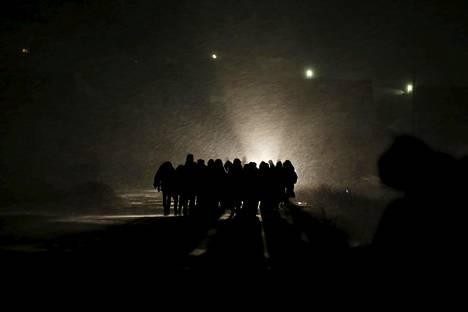 Pakolaiset ylittivät rajan Makedoniassa, Miratovacissa sunnuntaina.