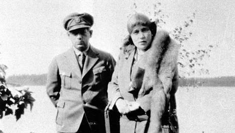 Minna Craucher autonkuljettajansa Boris Wolkowskin kanssa.