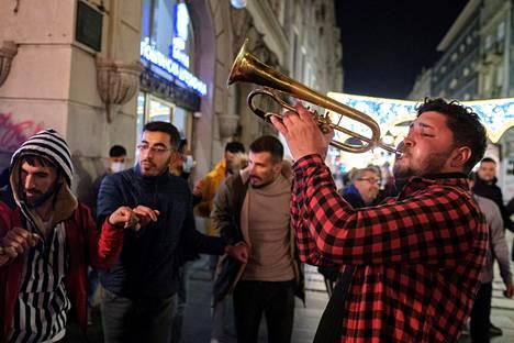 Ihmiset tanssivat musiikin tahtii kadulla vuoden vaihtuessa Belgradissa, Serbiassa.