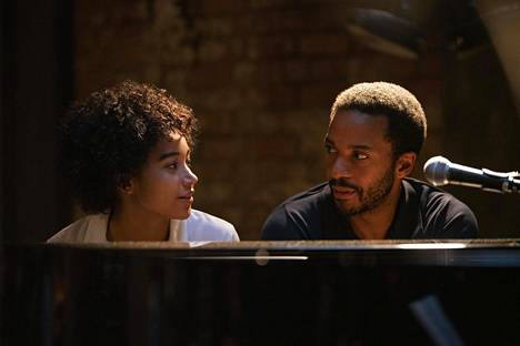 Pariisilaistunut pianisti Elliot (André Holland) saa New Yorkista vieraakseen tyttärensä Julien (Amandla Stenberg), josta kertoo The Eddy -sarjan toinen jakso.