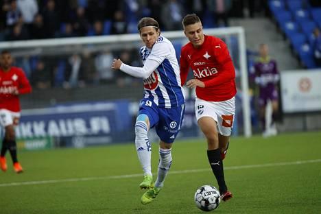 HJK:n Riku Riski (vas.) kamppaili HIFK:n Eero-Matti Auvisen kanssa syyskuussa pelatussa Stadin derbyssä.