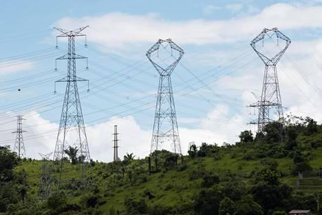 Sähkö siirtyy linjoja pitkin.