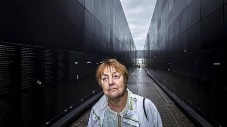 Lagle Parek palasi Siperiasta Viroon 13-vuotiaana, mutta monet nääntyivät tautien ja huonojen elinolosuhteiden vuoksi.Kuolleiden nimet on ikuistettu mustaan seinään käytävän molemmin puolin.