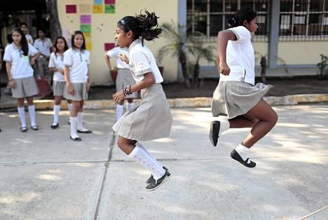 Lapset leikkivät välitunnilla Acapulcossa Meksikossa, kun opettajien kaksi kuukautta kestänyt lakko päättyi. Lakkoilun syynä oli rikollisten uhkailu.