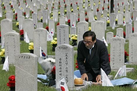 Eteläkorealainen mies polvistui Korean sodassa kuolleen veljensä haudalle sodan uhrien muistopäivänä 5. kesäkuuta 2009. Sodassa kuoli arvioiden mukaan jopa kolme miljoonaa ihmistä, joista puolet oli siviilejä.