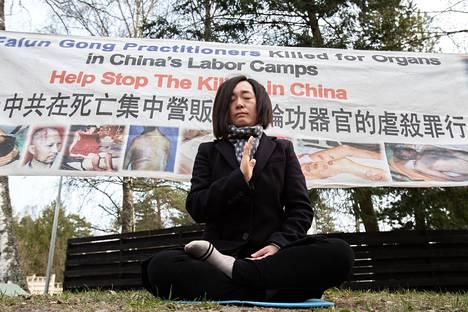Falun Gong Dafa -liikkeen jäsen Lili Lan on ollut lähes kaksi vuotta naisten pakkotyöleirillä Kiinassa. Nyt hän osoittaa mieltään Kiinan suurlähetystön edessä Helsingin Kulosaaressa.