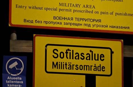 Yleisradio uutisoi tällä viikolla, että puolustusvoimissa on oma-aloitteisesti laitettu Suomen ja Venäjän kaksoiskansalaiset erityistarkkailuun. Kuva on Santahaminan sotilassaarelle johtavalta sillalta .