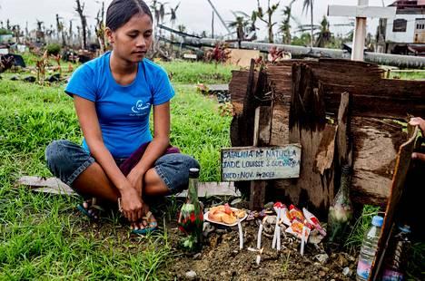 Maridel Soriano menetti taifuunissa tyttärensä, poikansa ja isoäitinsä. Tytär on yhä kadoksissa, poika ja isoäiti on haudattu väliaikaiselle hautausmaalle liikenteenjakajalle Tanauanin kaupungissa. Rahaa oikeisiin hautajaisiin ei ole, sillä mies menetti taifuunissa työnsä tietokoneteknikkona.