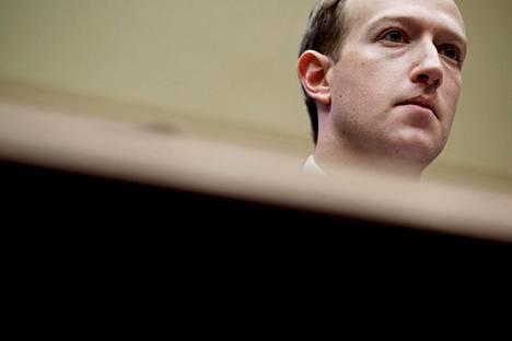 Sosiaalisen median yhtiöt ovat alkaneet rajoittaa tuhansia tilejä loppiaisena Washingtonissa tapahtuneen väkivaltaisen mellakoinnin jälkeen. Facebookin perustaja Mark Zuckerberg avasi yhtiön toimintaa lainsäätäjille Capitolissa keväällä 2018.