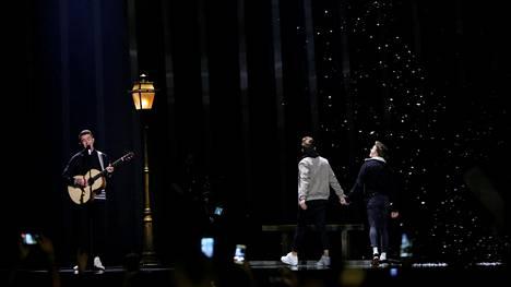 Irlannin edustaja Ryan O'Shaughnessyn esityksessä ollut miesten välistä rakkautta kuvannut kohtaus oli ensimmäinen koko euroviisuhistoriassa.