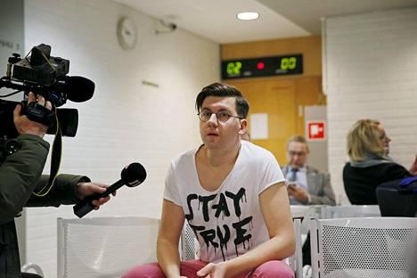Perussuomalaisten nuorten entinen puheenjohtaja Sebastian Tynkkynen antoi haastatteluja Oulun käräjäoikeudessa 11. tammikuuta.