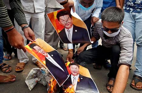 Intian hindunationalistisen valtapuolueen kannattajat polttivat Kiinan presidentin Xi Jinpingin kuvia Ahmedabadissa keskiviikkona.