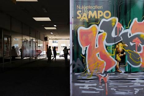 Suurin osa Puotilan ostoskeskuksen liiketiloista on tyhjentynyt, ja liiketilojen seinät ovat peittyneet graffiteista.