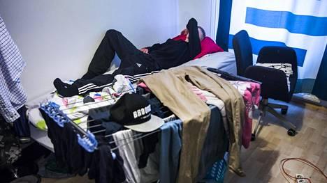 Katkolle pääsyä odotellessaan Ville on enimmäkseen nukkunut äitinsä sohvalla tai veljensä huoneessa.