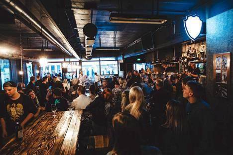 Kulttuuri goes baari -tapahtuma vetää jo kymmenettä kertaa väkeä Hyvinkään baareihin. Esiintymisiä nähdään tänä vuonna Check Innissä, Joutsenessa, Bar Zoomissa, Ale Pubissa, Medicin Manissä ja kuvassa näkyvässä Craftersissa. Kuva on aikaisemmin järjestetystä KGB-tapahtumasta.