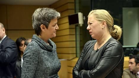 Tanskan rahaministeri Margrethe Vestager (vas.) ja Suomen valtiovarainministeri Jutta Urpilainen tapasivat kokoustauolla.