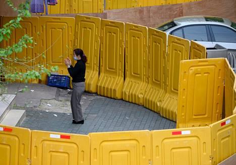 Nainen kuntoili juuri avatun barrikaadin sisäpuolella.