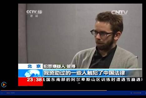 Kiina pani ihmisoikeusaktivisti Peter Dahlinin tunnustamaan rikoksia televisiossa. Hänet pantiin lukemaan viranomaisten laatima käsikirjoitus, ja se kuvattiin videolle vankilassa. Kuvakaappaus CNTV-kanavan ulkomaille suunnatusta lähetyksestä. CNTV on osa valtiollista CCTV:tä.