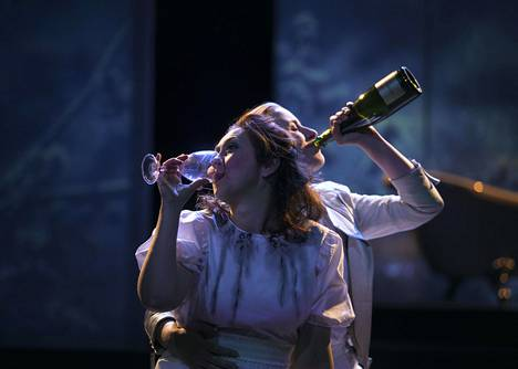 Baby Jane -oopperan kohtauksessa Essi Luttinen ja Tuuli Lindeberg.