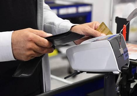 Eri pankkien maksukorttien ja mobiilisovellusten käytössä on ollut ongelmia.