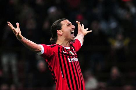 Zlatan Ibrahimović tuulettaa keväällä AC Milanin paidassa. Kuva keväältä 2012, jolloin ruotsalaishyökkääjä viimeksi pelasi milanolaisseurassa.