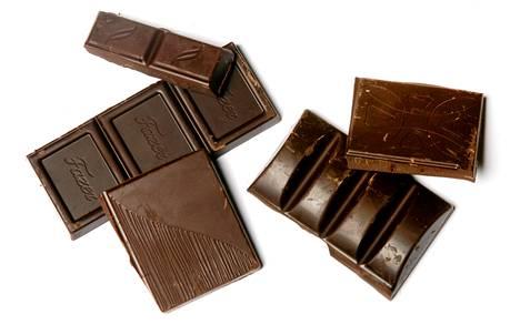 Tumman suklaan sisältämät flavonoidit ovat terveellisiä.