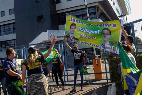 Presidentti Bolsonaron ja entisen oikeusministeri Sergio Moron kannattajat väittelivät myös poliisin päämajan edustalla lauantaina.