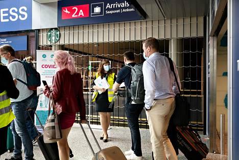 Finavian palveluneuvoja Sofia Koskinen jakoi koronavirusohjeistusta Helsinki-Vantaan lentoasemalle saapuville matkustajille lentoaseman tuloaulassa elokuun alussa.