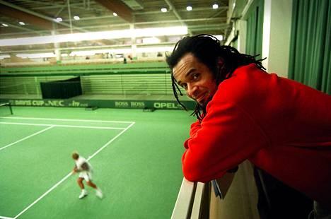 Yannick Noah Talin tenniskeskuksessa vuonna 1998.