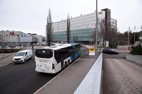 Valimon juna-asema Pitäjänmäellä ABB:n rakennuksen takana pilkottaa vain vaivoin lähimmältä bussipysäkiltä, vaikka siitä pitäisi tulla merkittävä Raide-Jokerin vaihtopaikka.
