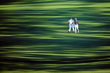 Amatöörigolffaaja Byron Meth käveli mailapoikansa Alan Bondin kanssa toisella väylällä Masters-turnauksen ensimmäisellä kierroksella. Masters alkoi torstaina Augustassa Yhdysvalloissa.