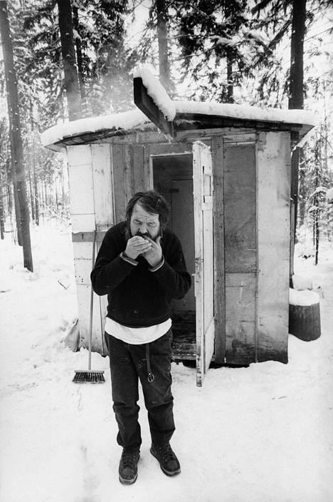 Mankkaan hökkelikylän asukas Ville kuvattiin mökkinsä edessä vuonna 1987.