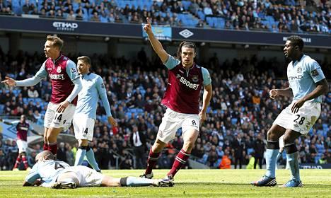 West Hamin Andy Carroll tuulettaa osumaansa pelissä Manchester Cityä vastaan.