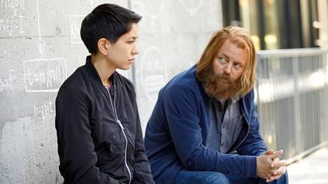 Lily (Sonoya Mizuno) joutuu tekemisiin Amaya-tietotekniikkayhtiötä johtavan Forestin (Nick Offerman) kanssa.