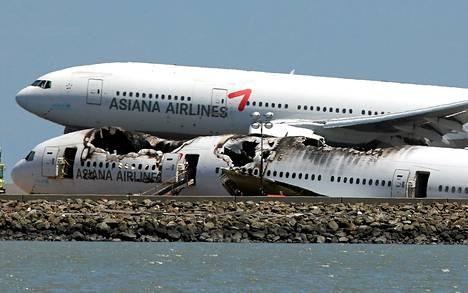 Turmakone oli kiitoradan vieressä San Franciscon lentokentällä tiistaina. Asiana Airlanes -lentoyhtiön toinen kone laskeutui sen taakse.