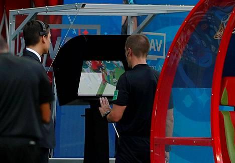 Mark Geiger tarkasti paitsiotilannetta lohkovaiheen ottelussa Saksa–Etelä-Korea.