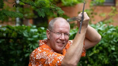 Petri Riihikallio, 52, on selvinnyt elämässään ihmeellisistä asioista. Nyt hänen rakkain harrastuksensa on historiallinen miekkailu.