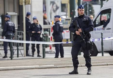 Belgialainen poliisi vartioi huhtikuussa Brysselissä oikeustaloa, jossa käsiteltiin ruotsalaisen terroriepäillyn Osama Krayemin tapausta.
