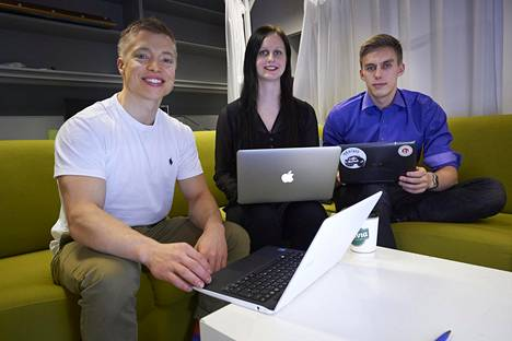 Kristian Ahlers (vas.), Taru Vainikainen ja Alec Hellström ovat työstäneet Lääkärihinta.fi-sivustoa lääketieteen opiskelijoiden kerhotilassa Meilahden kampuksen kirjaston kellarikerroksessa.
