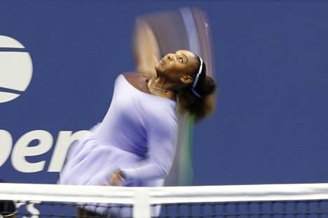 Serena Williamsin syötöissä ja lentolyönneissä oli tehoa torstain välierässä.