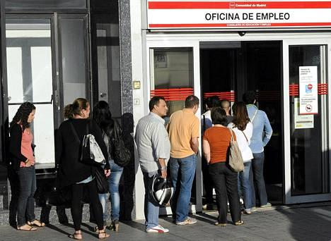 Espanjalaiset työttömät jonottivat työvoimatoimistoon Madridissa syyskuussa.