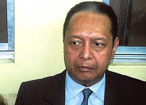 """Jean-Claude Duvalier (Haitin diktaattori 1971–1986) teki yllätyspaluun Haitiin 25 evakkovuoden jälkeen 2011. Teknisesti """"Bébé Doc"""" on kotiarestissa talous- ja ihmisoikeusrikossyytteiden vuoksi. Käytännössä hän elää loisteliaasti Port-au-Princessa ja yrittää onkia miljooniaan jäädytetyltä sveitsiläistililtä."""