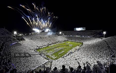 Olaus Aliselle stipendiä tarjonneen Penn Staten kotistadion Beaver Stadium kuuluu maailman suurimpiin. Kuva Penn Staten ja Michiganin välisen ottelun alkuseremonioista lokakuulta 2019.