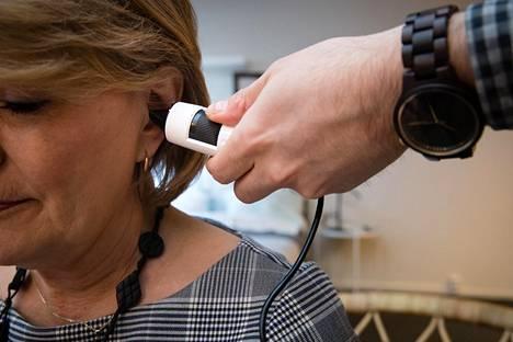 Korvalamppua käyttää etälääkärintarkastuksessa aina hoitaja. Erityssuunnittelija Markitta Karvinen palvelukeskuksesta esittelee, miten laite toimii.