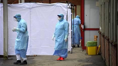 Ruotsissa koronaviruksen näytteenottoja on tehty sairaaloiden ulkopuolelle nostetuissa teltoissa. Kuva Huddingen sairaalasta.